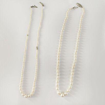 Lot de deux colliers d'un rang de perles...
