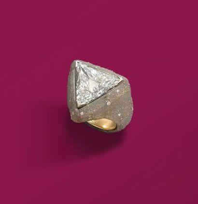 JAR. BAGUE en or jaune 18K (750), ornée d'un diamant troïdia pesant 6,31 carats,...