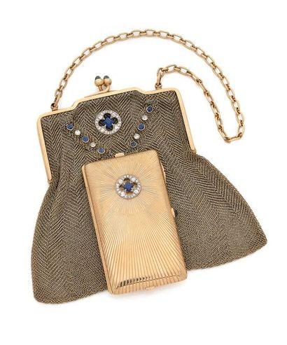 NÉCÉSSAIRE DU SOIR en or jaune comprenant un sac en cotte de maille d'or 14K (585)...