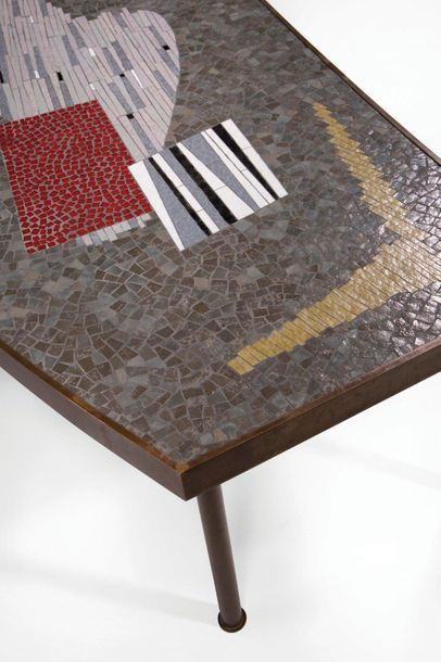 BERTHOLD MULLER-OERLINGHAUSEN (1893-1979) Table basse Résine et mosaïques polychromes...