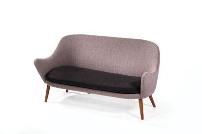 HANS OLSEN (1919-1992) Canapé dit «Dwell» Tissu gris et noir et chêne teinté Modèle...