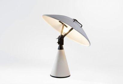 Elio Martinelli (1921-2004) Lampe «Radar» modèle «676» Métal laqué noir et blanc...