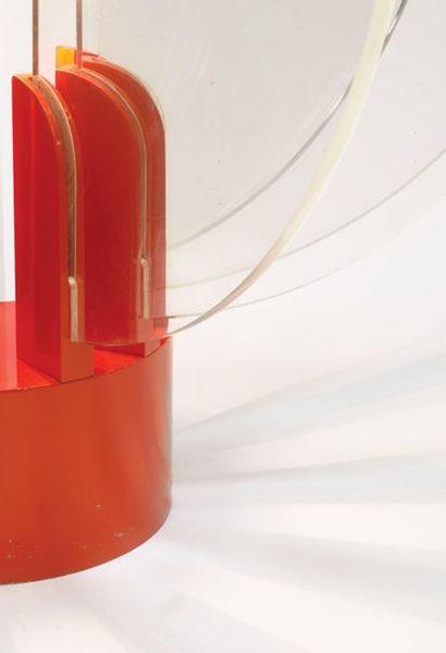 GAE AULENTI (1927-2012) Lampe modèle «King Sun» Métal laqué rouge et Plexiglas transparent...