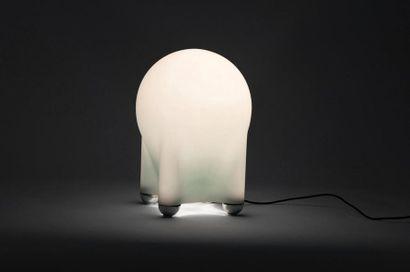 Giotto STOPPINO (1926-2011) Lampe modèle «Drop» Verre satiné et métal Édition Tronconi...