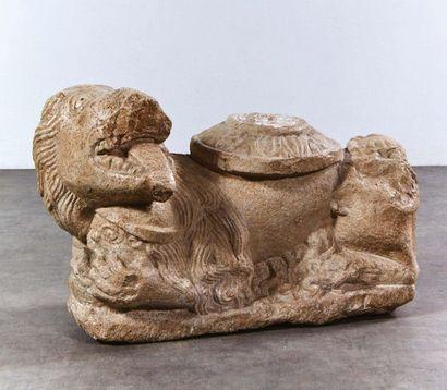 Lion porte colonne en pierre marbrière sculptée....