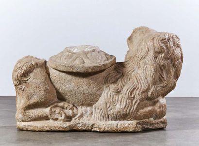 Lion porte colonne en pierre marbrière sculptée. Le lion est allongé, l'arrière-train...