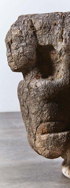 Chapiteau en pierre marbrière sculptée toutes faces. Personnages dans les angles,...
