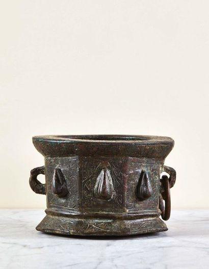Mortier en bronze de forme octogonale à décor...
