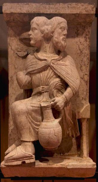 Paire de tondi en pierre calcaire sculptée en fort relief avec rehauts de monochromie...