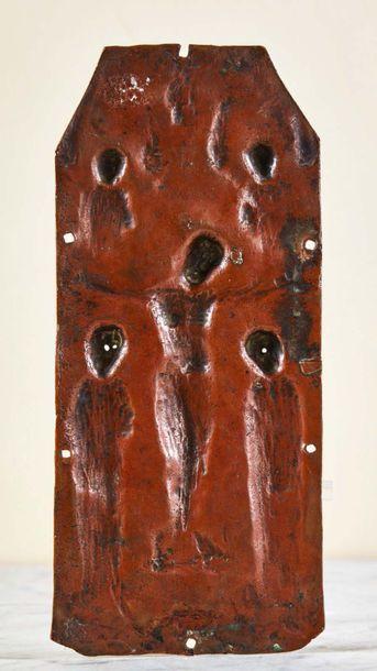 Plaque de reliure en cuivre champlevé, repoussé, gravé et émaillé avec infimes traces...