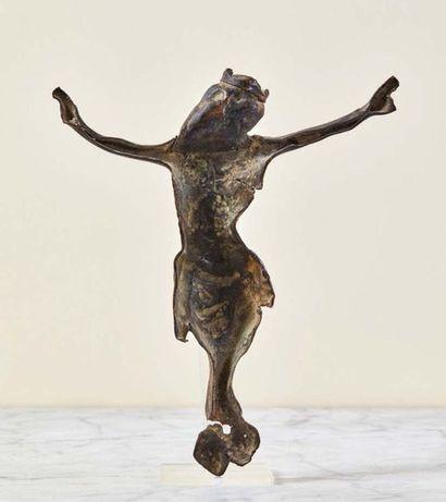 Christ d'applique en cuivre repoussé avec traces de dorure. Tête couronnée inclinée...