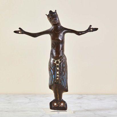 Christ d'applique en cuivre repoussé, gravé, champlevé et émaillé avec infimes traces...
