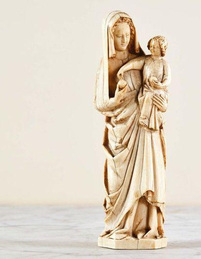 Vierge à l'Enfant en ivoire sculpté avec...