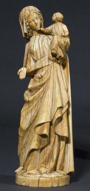 Vierge à l'Enfant en ivoire sculpté avec rares restes de polychromie. Debout et...