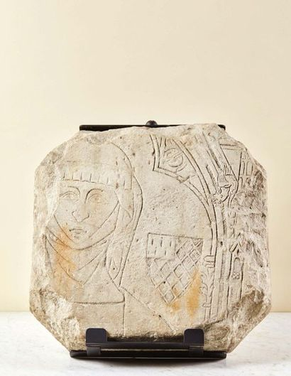 Fragment de pierre tombale en pierre calcaire...