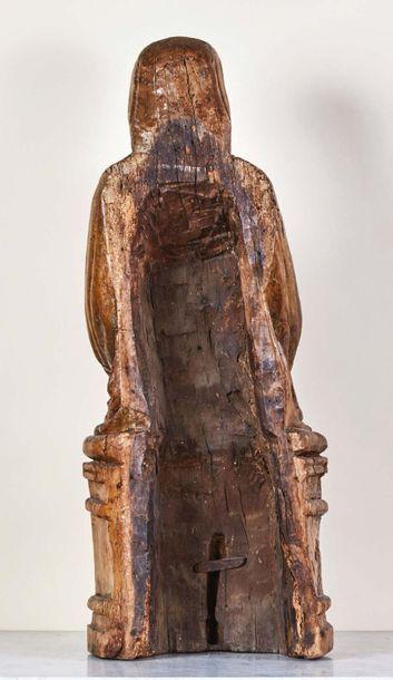 Vierge à l'Enfant en bois sculpté, dos creusé. Assise sur un banc trône, le buste...