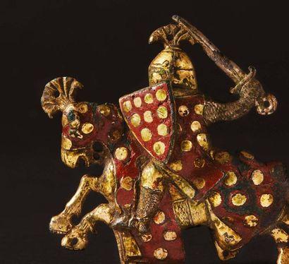 Plaque ornementale en cuivre champlevé, gravé, émaillé et doré représentant un chevalier...