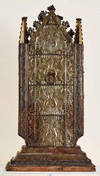Grand reliquaire à âme en bois recouvert de cuivre découpé, estampé, ciselé, argenté...