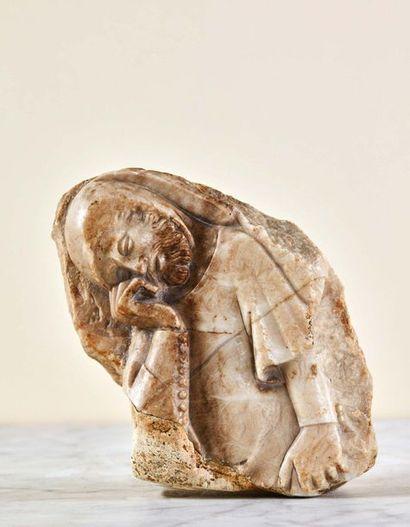 Fragment de pleurant en albâtre sculpté en...