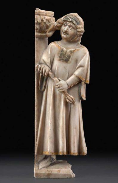 Fragment de pleurant en albâtre sculpté en bas-relief avec infimes traces de dorure....
