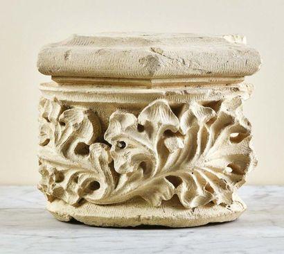 Suite de trois chapiteaux de colonnettes en pierre calcaire sculptée de forme hexagonale....