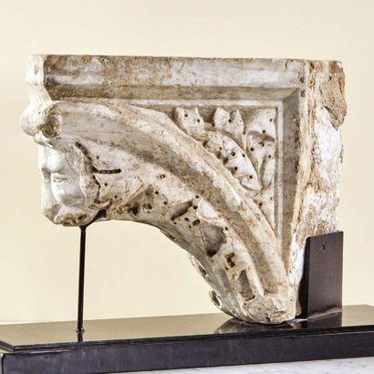 Console en marbre sculpté en forme d'arc...