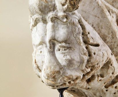 Console en marbre sculpté en forme d'arc à décor d'une feuille d'acanthe nervurée...