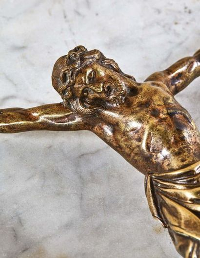Cristo morto en bronze doré, fonte creuse. Tête ceinte d'une couronne entrelacée...
