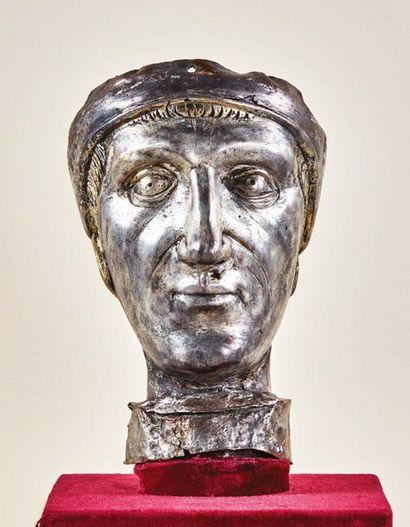 Tête d'un buste reliquaire en cuivre repoussé,...