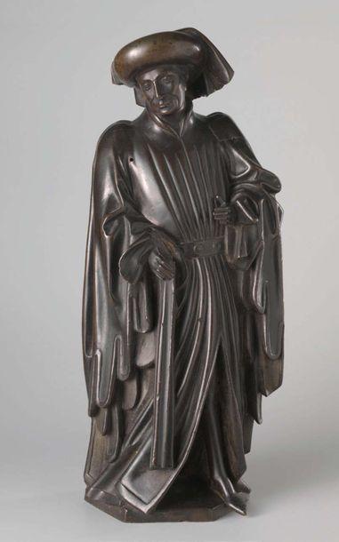 Saint Bavon en pierre calcaire sculptée, dos ébauché. Représenté en personnage civil...