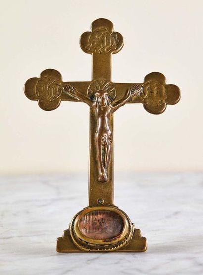 Baiser de Paix crucifix en laiton et cuivre gravé et doré. Extrémités des branches...