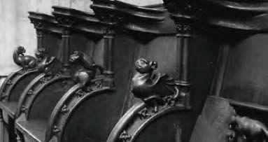 Appuie-main de stalle en chêne sculpté en forme de dragon. Allongé, les pattes en...
