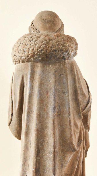 Christ Bon Pasteur en pierre sculptée en ronde-bosse. Debout, le Bon Pasteur ramène...