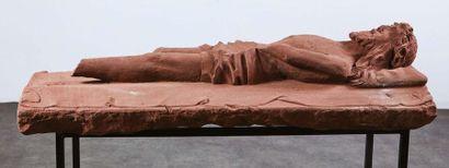 Christ gisant en grès rose sculpté en fort relief. Il est allongé sur le linceul,...