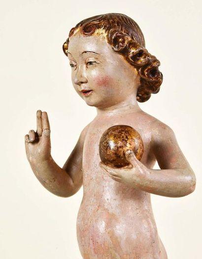 Enfant Jésus bénissant en bois sculpté en rondebosse, polychromé et doré. Entièrement...