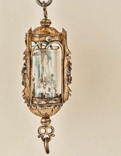 Pendentif reliquaire en forme de lanterne...