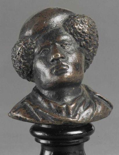 Buste de jeune esclave africain en bronze à patine brune. Portant au cou un collier...