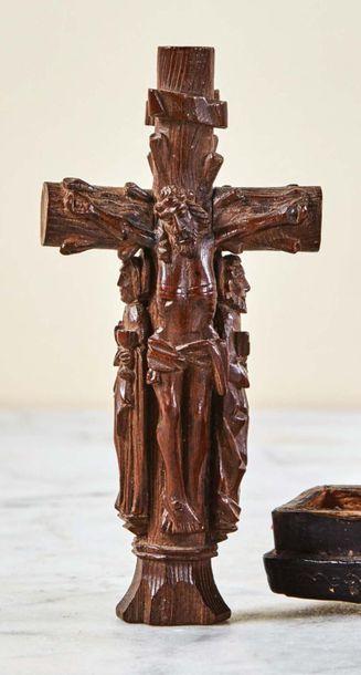 Croix en bois de résineux finement sculpté...