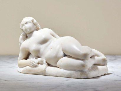 Muse écrivant en marbre sculpté en ronde-bosse....