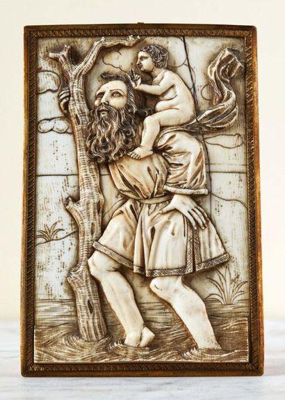 Plaque en ivoire sculpté en bas-relief représentant...