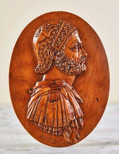 Plaque de forme ovale en buis sculpté en...