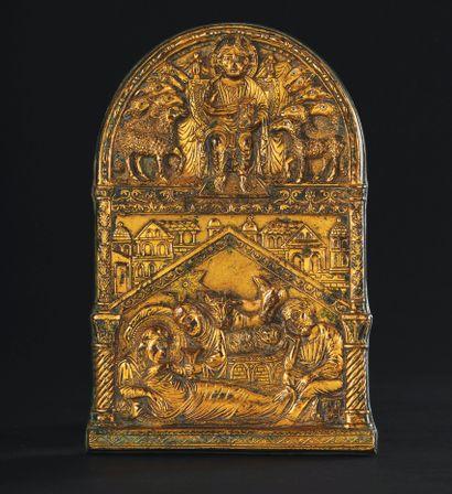 Rare plaque de forme cintrée en bronze ciselé, gravé et doré. Dans sa partie basse...