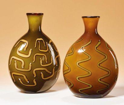 SALVIATI & MURANO Due vasi di forma ovoidale, dal collo stretto con inclusioni a...