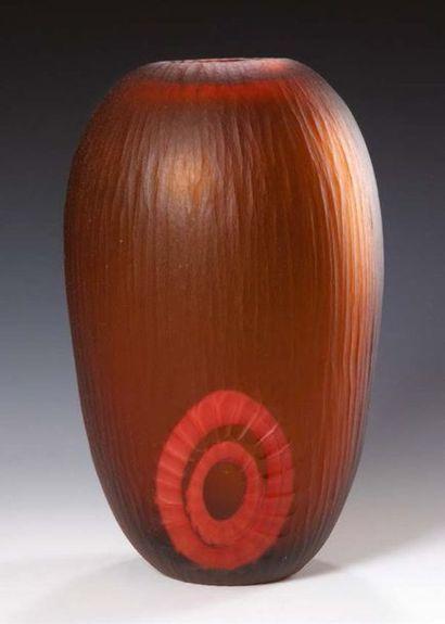LINO TAGLIAPIETRA (NATO IN 1934) Vaso ovoidale in vetro ambrato molato con decoro...