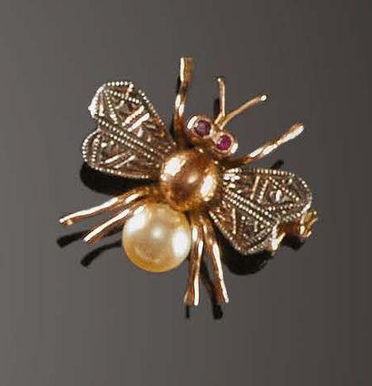 «Mosca», Anni '30 Spilla in oro 18 kt, argento, rubini e perla Broche en or 18 carats,...
