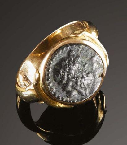 Anello in oro con una piccola moneta antica...