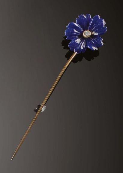 Spilla fermacravatta in vetro color blu intagliato in forma di fiore e brillante...