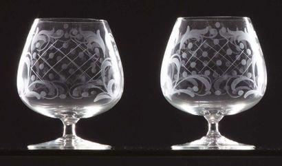 MURANO Due bicchieri da cognac in vetro soffiato bianco trasparente a decoro stilizzato...