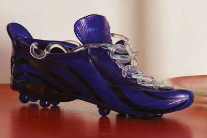 SIGNORETTO (1944-2017) Scarpa da calcio coi colori dell'Inter in vetro blu e iridato...