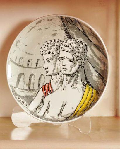 GIORGIO DE CHIRICO Piatto tondo decorato con una serigrafia rappresentante due gladiatori,...